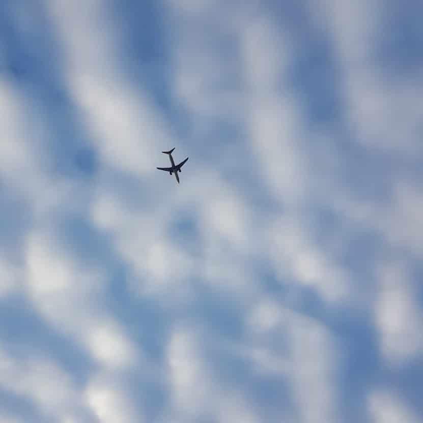 vliegtuig in de wolkenlucht